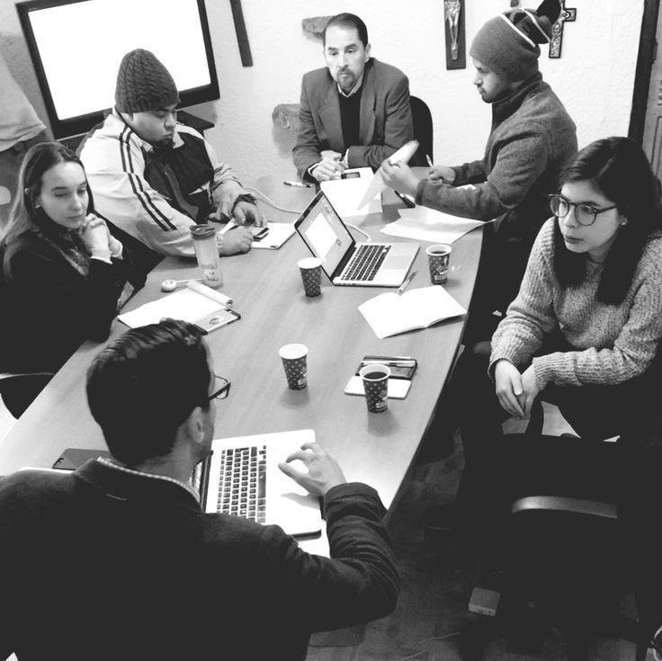 Nuestra reunión de hoy con el equipo de marketing y comunicación del World Boxing Council fue muy productiva, se viene un 2018 de renovación, estrategia y mucho trabajo en equipo. #delaherránmurillo #comunicación #diseño #wbc #box #boxing #boxeo #méxico #ciudaddeméxico #meeting #team #teammeeting #strategy #analysis #teamwork #champion #legends #boxlegend #coffee #work #igers #igersmexico #awesome #picoftheday #blackandwhite