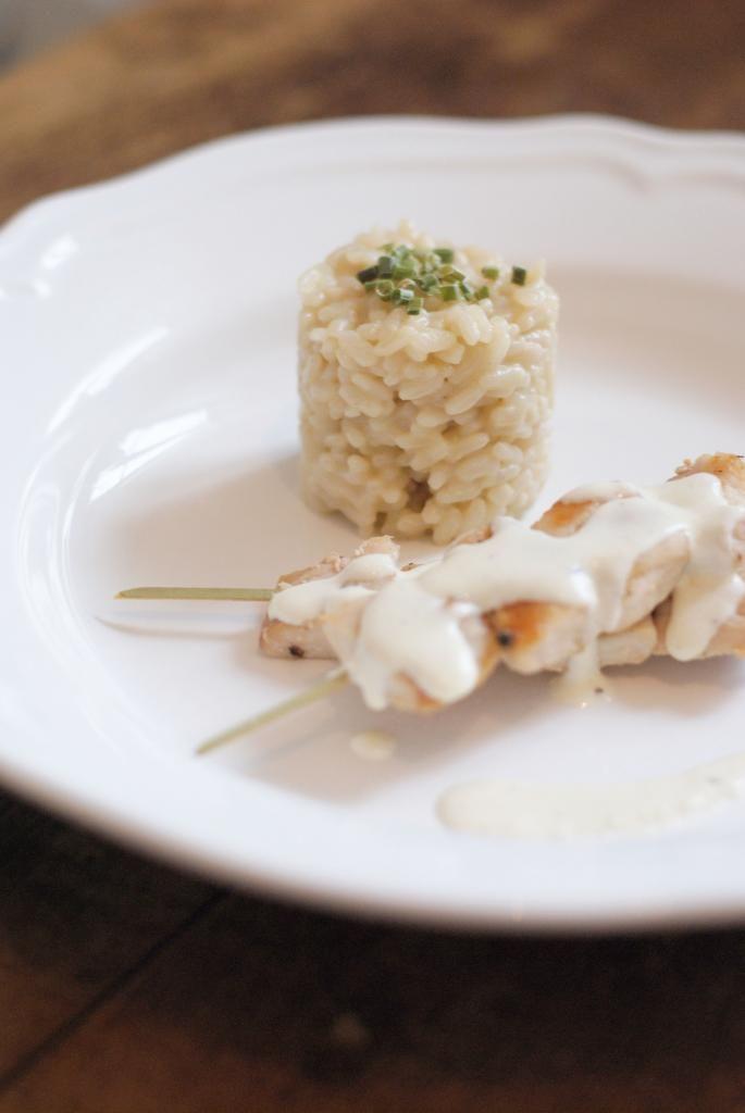 Plat principal de Saint-Valentin, risotto aux truffes et brochettes de poulet coco x gingembre