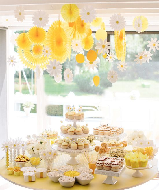 Little girls birthday party...Have yellow lolipos as decorations and then a take home gift!-darcymiller_daisy1
