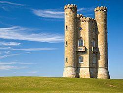 La torre de Broadway (en inglés: Broadway Tower) es un capricho arquitectónico localizado en la colina Broadway, cerca de la ciudad homónima, en el condado de Worcestershire (Inglaterra). Se yergue en la segunda cota más alta de Cotswolds,1 a 312 metros sobre el nivel de mar. Durante un día despejado se pueden divisar trece condados desde la cima de la torre, de 17 metros de altura.