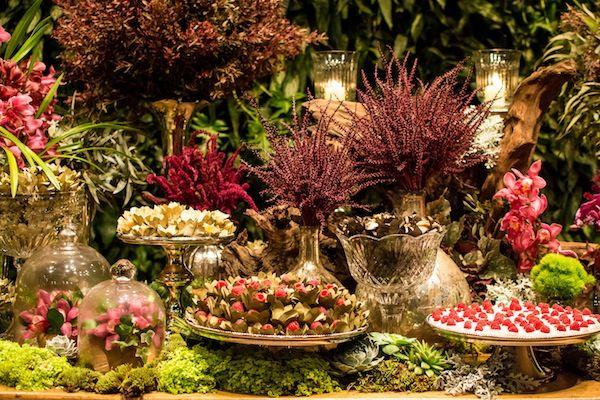 Mesa de doces em madeira coberta de musgos, flores marsala, vinho e pink. Doces da Soul Sweet. Foto: Helson Gomes