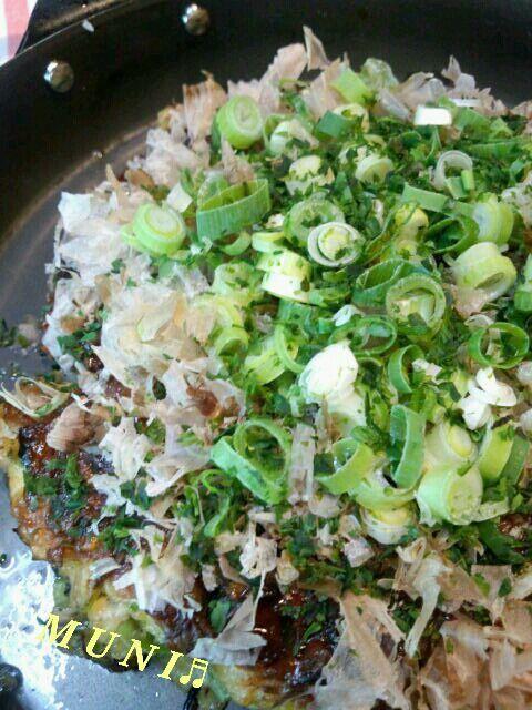 今日はパパが夕食いらず…私一人なので大好きなお好み焼きにしよっと♬ よく作るお野菜多めのお好み焼き♬切り干し大根はコリコリした食感が美味しいのよ! お野菜たくさん入ってるので豚肉は風味を出すために一枚だけ使うよ!いいよねヾ(≧∇≦) 辛いもの大好きなので一味を多めに♬ビールは我慢した… - 106件のもぐもぐ - 野菜いっぱいお好み焼き♬ by MUNI3