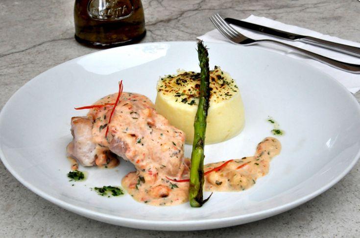 No Octávio Café o prato principal é filé de St. Peter grelhado ao molho picante de camarão e redução de vinho branco com crocante de batata e ervas mais aspargos grelhados