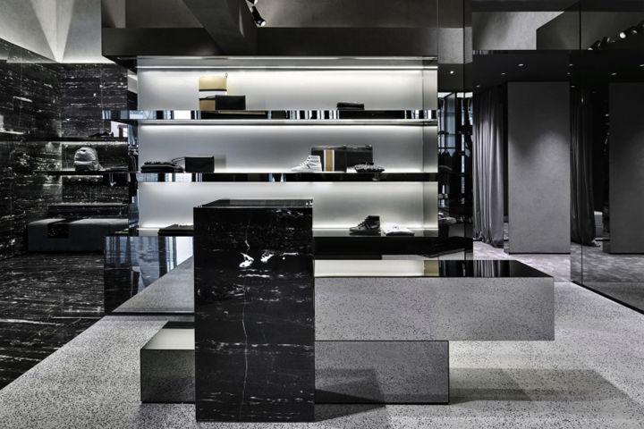 Черные и серые цвета в интерьере бутика Les Hommes в Милане, Италия
