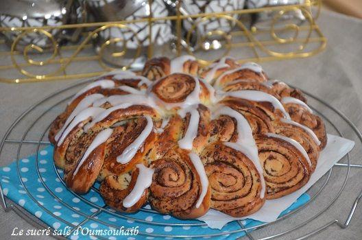 Brioche spirale infernale pour le défi boulange, brioche roulée aux pépites de chocolat recouverte de glaçage, délicieuse brioche moelleuse