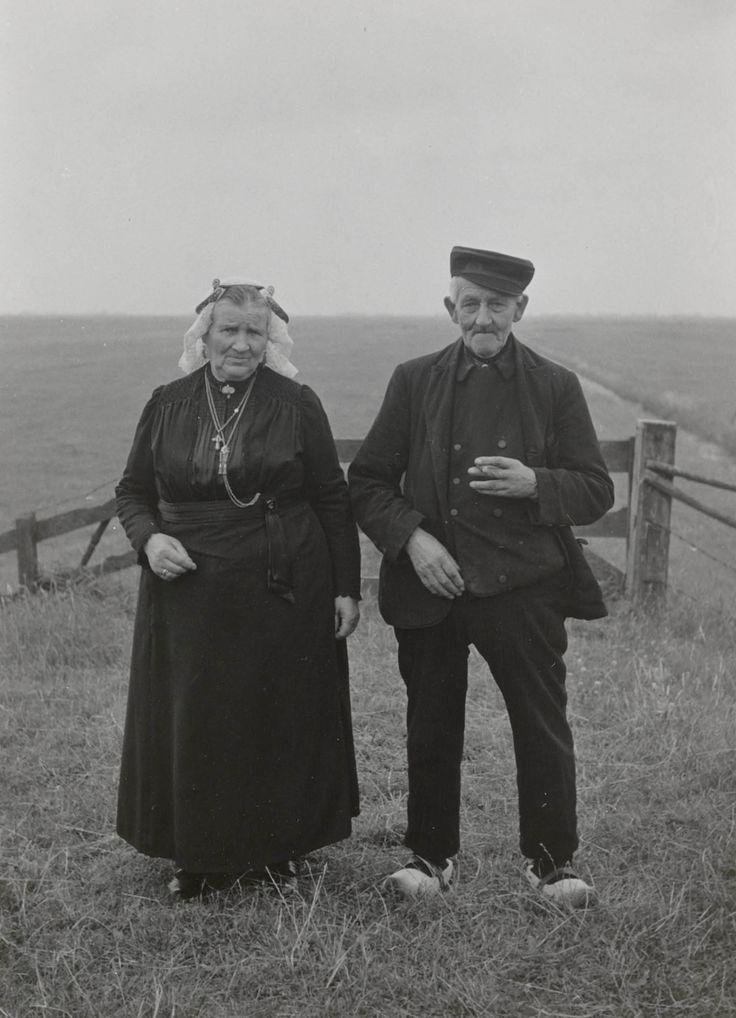 Het echtpaar Elders uit Eemnes in zondagse dracht. Mevrouw Elders draagt de Gooise 'staartkap'. 1952 #Eemnes #Eemland #Utrecht #WestFries