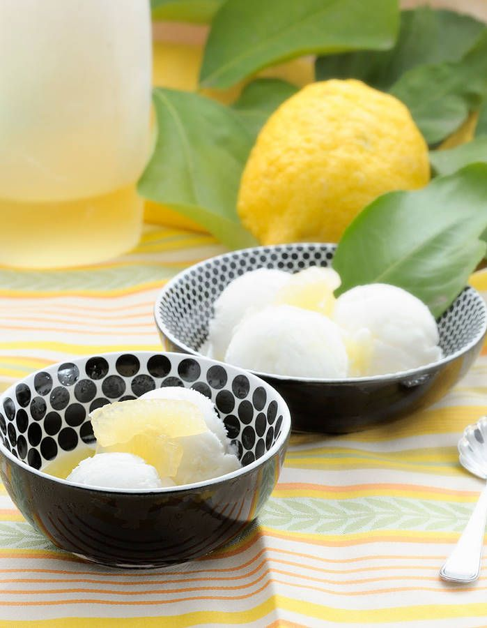 Dessert léger : Semifreddo au citron Bluffer avec un dessert givré et aérien, c'est possible. On mixe 600 g de fromage blanc ou de yaourt à 0% avec le jus et le zeste de 2 citrons jaunes et un trait de sirop d'agave. On verse dans un moule à cake ou des moules individuels et on laisse prendre au congélateur 3 heures. On démoule et on laisse fondre légèrement avant de déguster.