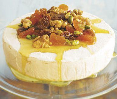 Ett fantastiskt enkelt recept på en otroligt god dessert. Krämig brietårta med honung och torkad frukt gör du av brie, blandade valfria nötter, torkad frukt och honung. Ljuvlig att servera till efterrätt.