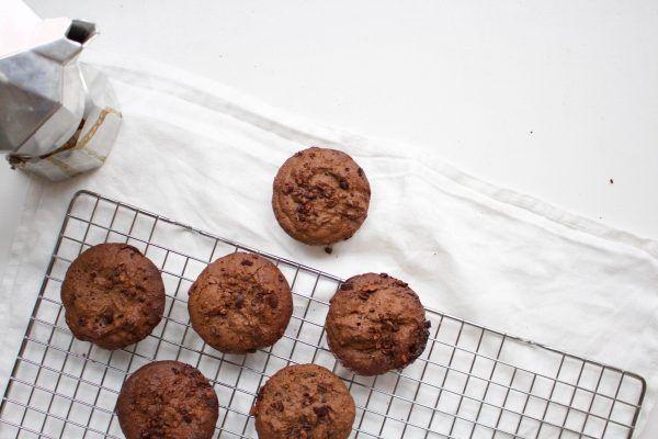 Deze chocolade-espresso muffins zijn de lekkerste muffins die ik ooit gemaakt heb. Je proeft zowel de chocolade als espresso goed en zijn heel smeuïg.