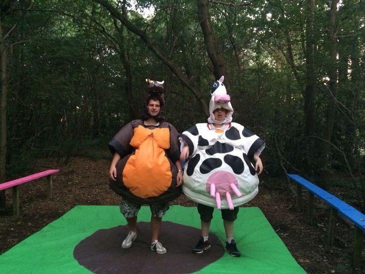 Amersfoorts worstelen in koe en stierpak ! Sumo worstelen met hele aparte pakken. Hoop lachen en actie !