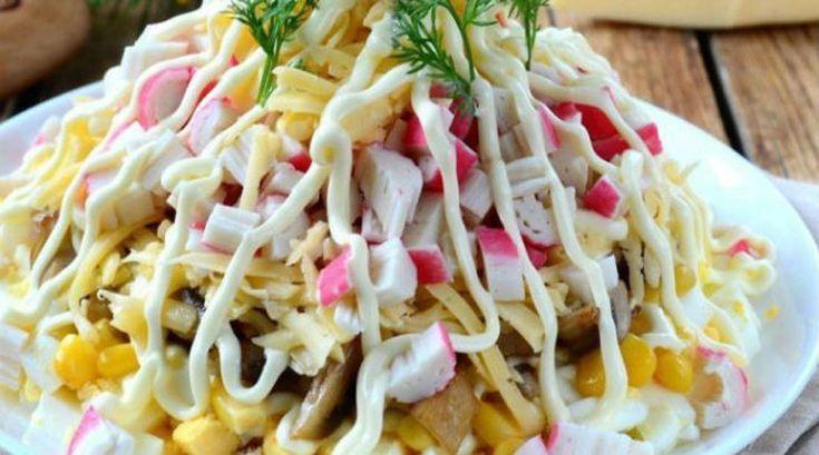 Ингредиенты ✓ Грибы — 150 г ✓ Крабовые палочки — 200 г ✓ Сыр твердый — 100 г ✓ Кукуруза консервированная — 150 г ✓ Яйца, сваренные...