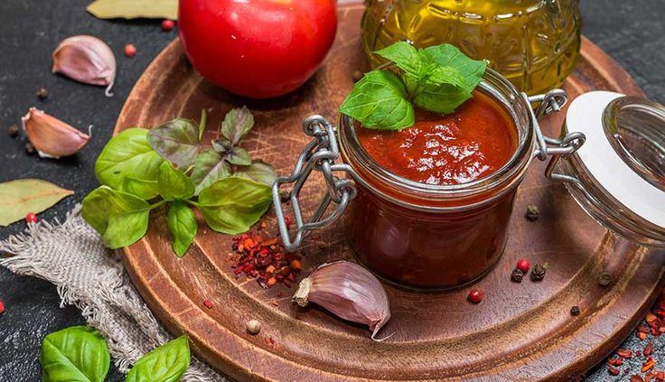 Grundrezept:   Tomaten: Greifen Sie zu vollreifen, aromatischen Tomaten.  Zucker: Ganz ohne Süße kommt auch die selbstgemachte Variante nicht aus, die Menge bestimmen Sie jedoch selbst.  Essig: Für die notwendige Säure sorgt ganz nach Geschmack Apfelessig, Branntweinessig oder Rotweinessig.   Öl: Rapsöl lässt das Tomatenmus zu einer glatten Masse werden.  Gewürze: Neben den Must-Haves Salz, Pfeffer, Knoblauch & Zwiebeln können Sie auch mit anderen Gewürzen wie Ingwer oder Chili…