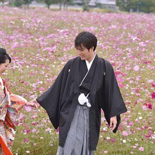 【kikiphotoworks】さんのInstagramをピンしています。 《車で少し走ればひまわり畑🌻 菜の花畑に桜の隠れスポット🌸 コスモス畑もすぐ近所✨ そしてメインとなる奈良公園や明日香村⛩ 奈良は撮影場所に恵まれてます😊 ・・・ 💕 #プレ花嫁 #結婚準備 #花嫁 #花嫁準備 #結婚 #和装 #結婚式 #結婚写真 #綺麗 #可愛い #ヘアスタイル #髪型 #婚約 #前撮り #ウエディング #秋桜 #コスモス #instawedding #weddingphotography #ig_wedding #散歩道 #森 #明日香村 #色打掛け》