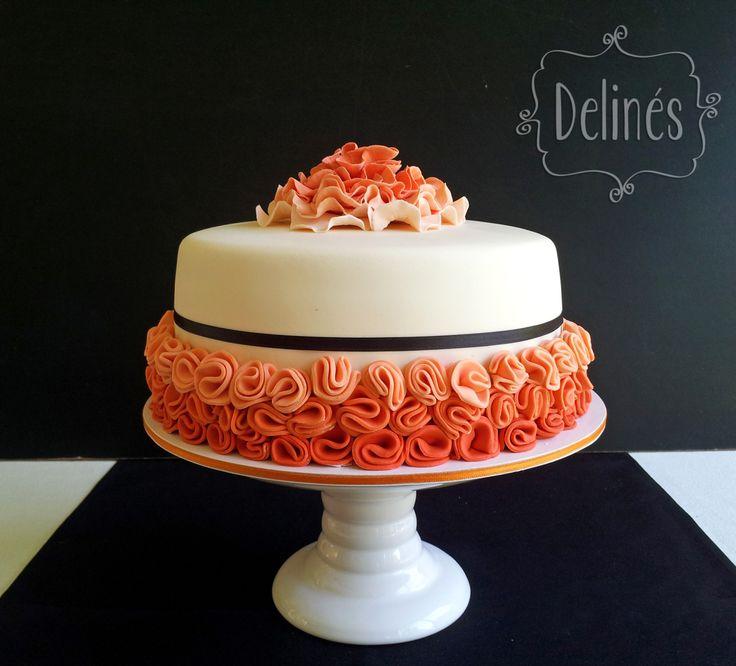 Torta con flores en degrade y cinta negra. Distinguida y femenina