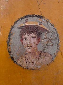 I fanciulli della casa di Marco Lucrezio Frontone. In questa casa, a fianco del tablino si apre un piccolo cubicolo sulle cui pareti, di colore giallo ocra intenso, si trova una coppia di medaglioni con ritratti di fanciulli: un ragazzo nelle vesti di Mercurio e una ragazza. Probabilmente, si trattava della camera dei figli del proprietario.      Pompeii - Parco Archeologico