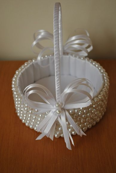 Cesta de Perolas para Florista salpicada com strass decorada com fitas de cetim branco R$ 141,76: