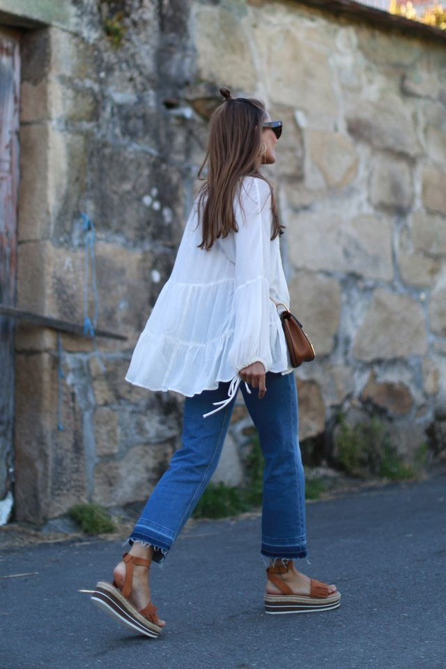 White tunic + frayed denim + sandals. A great summer style formula!