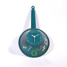 Pendule originale style industriel  passoire ancienne en aluminium peinte à la main fond turquoise chiffres multicolores