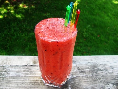 Strawberry Kiwi Smoothie with Coconut Water  1 cup large strawberries, cut in half 2 green kiwi fruits, peeled and roughly chopped 1 small banana, (for a thicker smoothie use a frozen banana) 1/2 cup coconut water