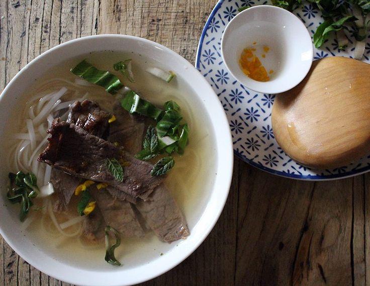 Il phở (fə̃ː) è una zuppa di spaghetti vietnamita, generalmente servita con carne di manzo (pho bo) o di pollo (pho ga)[1]. La zuppa contiene spaghetti di riso ed è generalmente servita con menta, lime e germogli di soia che vengono aggiunti dal consumatore.4 persone1 cucchiaio salsa di soia leggera 1 cucchiaio miele 1 cucchiaio salsa di pesce 2 fettine di manzo 300g 'rice stick' noodle 1 litro brodo di manzo 5 fette di zenzero 1 bastoncino di cannella 3 anice stellato 2 cucchiaini z...