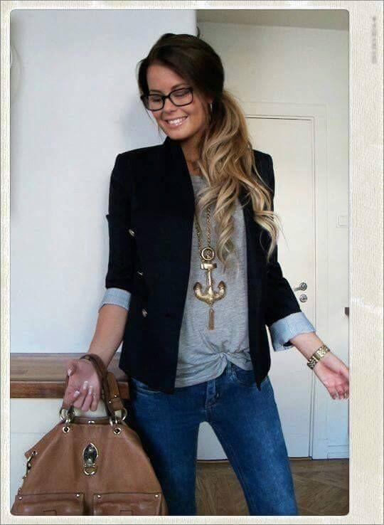 Oufit Casual, jeans, blazer azul y playera gris estampada en dorado