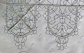 Vous souvenez vous de ce rêve de la Renaissance : Rendre le linge transparent, et arriver à faire des petites dents décoratives en bordure ? Ce magnifique col nous prouve que cette recherche n'a pas été vaine, tout y est : la transparence et le bord dentelé...