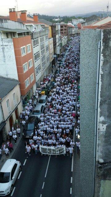 Imágenes de la concentración de apoyo a José Mato y Mary Tasende, en la Calle del Sol, Carballo (A Coruña). La marea blanca formada por las camisetas vendidas con el logo de apoyo anegaron la calle hasta su llegada a la plaza del ayuntamiento.