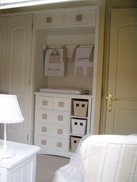 Transformacion de closet para ser utilizado de espacio mudador.  Paneles enchapados Lamitech Blanco, cajonera lacada.
