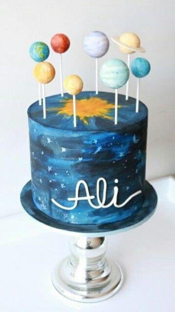Lindo Cake de sistema solar. Super diferente.  Foto retirada do IG: @umbocadinhodeideias