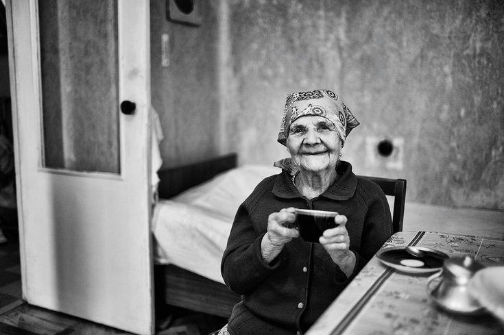 """As fantasias de Alexander, 1 ano, são seus carrinhos. Sofia, 15 anos, estudante, imagina-se tocando saxofone. Georgiy, 33 anos, bombeiro, planeja uma fotografia de sua filha com um urso branco; Stanislav, 77 anos, construtor de navios, idealiza um software para criar a árvore genealógica de sua família; e Evdokiya, 100 anos, aposentada, só quer """"andar sozinha, ser independente e viva"""". Os cinco fazem parte da série """"One Hundred Years"""", que retrata o sonho de pessoas de 1 a 100 anos de idade."""
