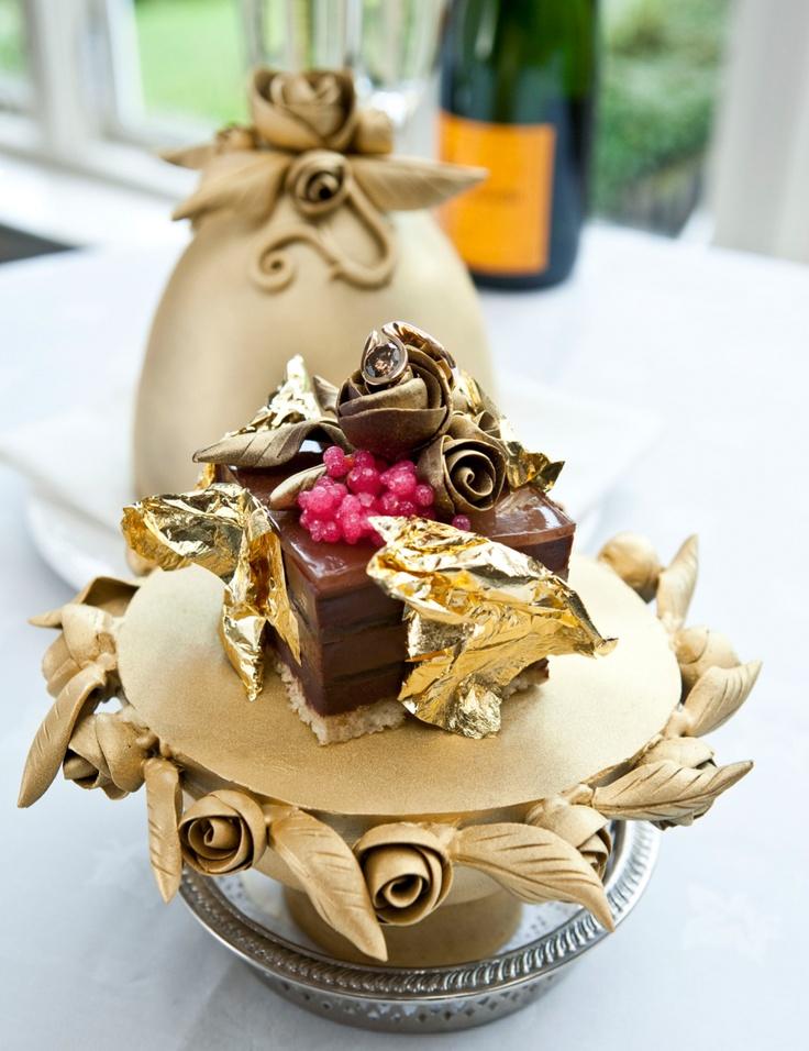 Duurste dessertooit?    Wie een doordeweekse chocoladepudding maar gewoontjes vindt en zijn nagerecht graag afgewerkt ziet met goud en diamanten, vindt voortaan zijn gading in het Britse Howe Country House Hotel. Daar staat wel wat tegenover. De luxechocoladepudding van chefkok Marc Guibert moet zo'n 25.000 euro kosten en is daarmee het duurste dessert ter wereld.  Ter ere van de Britse National Chocolate Week creëerde de kok een haute cuisine-pudding, gemaakt van vier soorten van de beste…