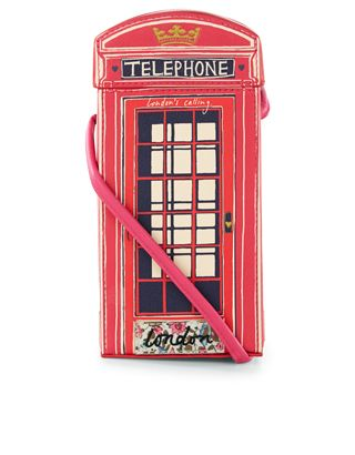 London calling! Designed to resemble the red telephone boxes lining the streets of the big smoke, this novelty bag will add a pop of city cool to your outfit. This stand-out style is lined in contrast pink fabric, and features a coordinating shoulder strap too.