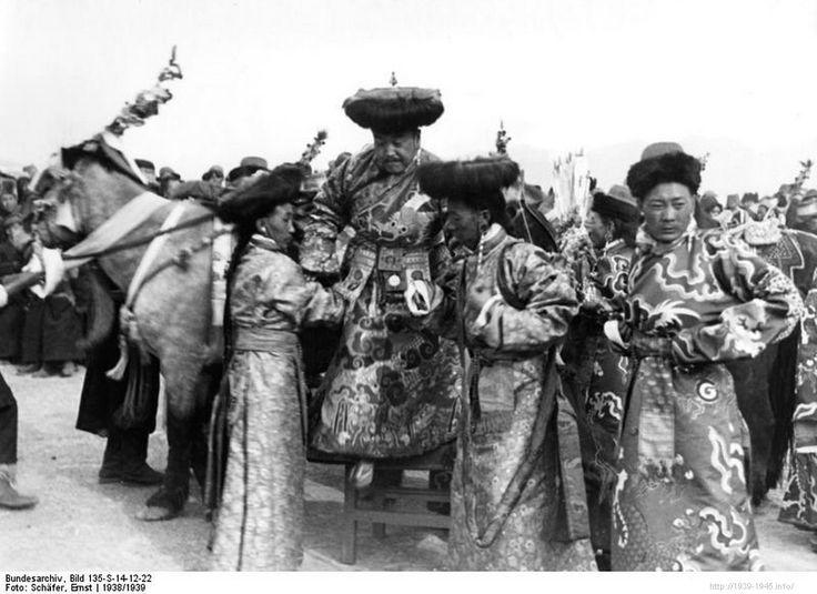 File:Bundesarchiv Bild 135-S-14-12-22, Tibetexpedition, Tibetischer Würdenträger.jpg Title Tibetexpedition, Tibetischer Würdenträger Original caption Lhasa, Neujahrsfest Archive description Neujahrsfest Lhasa; Tracht Depicted place Tibetexpedition