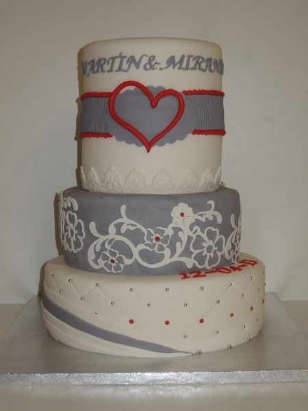 bruidstaart wedding cake lace, grey, hearts, red
