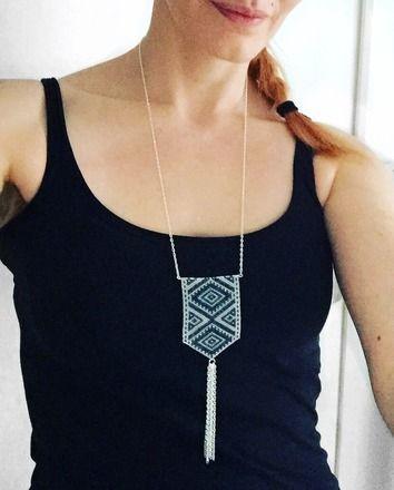 Magnifique sautoir pendentif tissé en perles miyuki delicas une à une graçe à la technique peyote et pompon de chaînes maillons ovales ciselés.   * composées de :        - 18918838