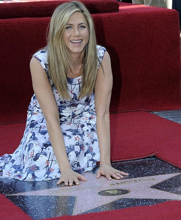 Jennifer Aniston recibe su estrella en el Paseo de la Fama de Hollywood | Emol.com