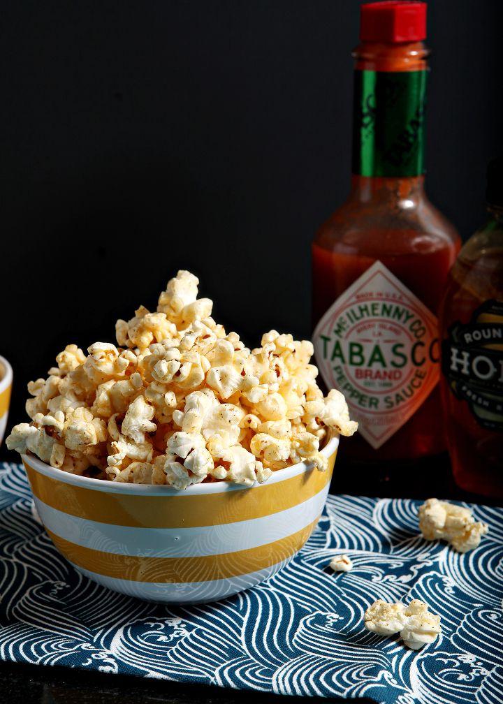 #Popcorn caldi serviti con un cucchiaino di #miele e qualche goccia di #Tabasco. Sweet & spicy fingerfood! #snack #honey