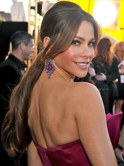 SOFÍA VERGARA    Aunque siempre la vemos con el cabello suelto, para desfilar por la alfombra de los Premios SAG, la estrella colombiana optó por llevar una elegante cola de caballo muy a-la Brigitte Bardot.