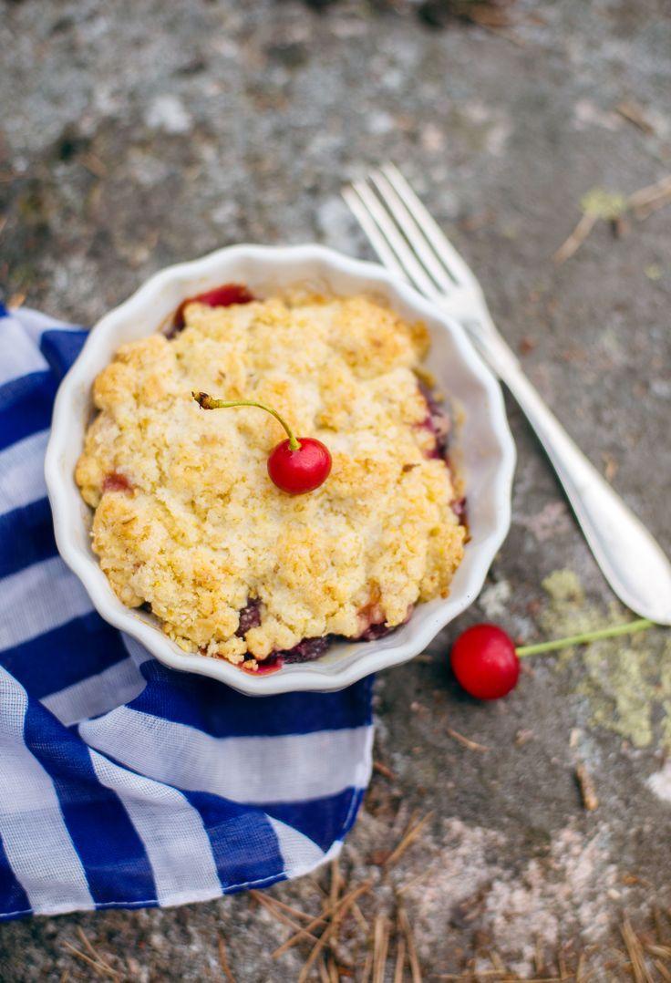 [ Enkel & riktigt god smulpaj ] 300–500 g frukt eller bär (ex körsbär, krusbär och blåbär) / 100 g smör / 2 dl mjöl / 1½ dl havregryn / 1 dl socker / ½ tsk vaniljsocker / 1 tsk bakpulver / 1 krm salt | Smörj en pajform, häll i bären. Blanda ihop resten av ingredienserna, fördela det över bären. Grädda ca 40 min på 175°. Servera med vaniljsås, glass eller något annat smarrigt.