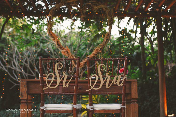 Placas de Cadeira Sr & Sra Casamento no campo no Rio de Janeiro | Decoração rústica com tons de vermelho e verde. Topo de bolo de casamento e placas de cadeira personalizadas.