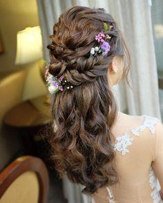 シンガポールで活躍するフリーヘアメイクアップアーティスト《Christine Chiaさん》をインスタグラムで発見しました♡ お上品で優雅なブライダルヘアを数多く生み出しており、日本の花嫁さんでも取り入れたくなるアイディアばかりです** アップヘアもダウンヘアもお得意な、Chiaさんの花嫁ヘアをチェックしてみましょう!