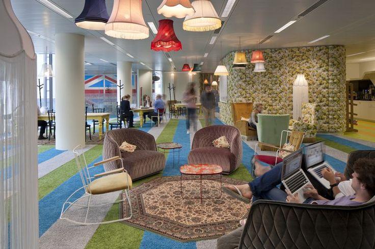 Moquette, sièges et fauteuils douillets, ces nouveaux locaux vont de pair avec les autres locaux de Google, qui mise sur le confort de ses employés. Le groupe a multiplié les salons lumineux et conviviaux.
