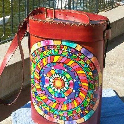 Virginia White - Accesorios de Cuero Pintado a Mano | via Facebook