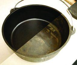 sazonamiento horno holandés  Precalentar el horno a 425 grados.  Saturar un trapo limpio, libre de pelusa con aceite de oliva por toda la superficies del hierro fundido. Coloque en el horno cara abajo. El condimento de la fundición de hierro puede producir un poco de humo. Deje que la olla y la tapa permanezcan en el horno durante 1 h o hasta que se note que el humo haya parado. Con cuidado, retire del fuego y deje que se enfríe para poder volver a repeyir el proceso 3 veces más