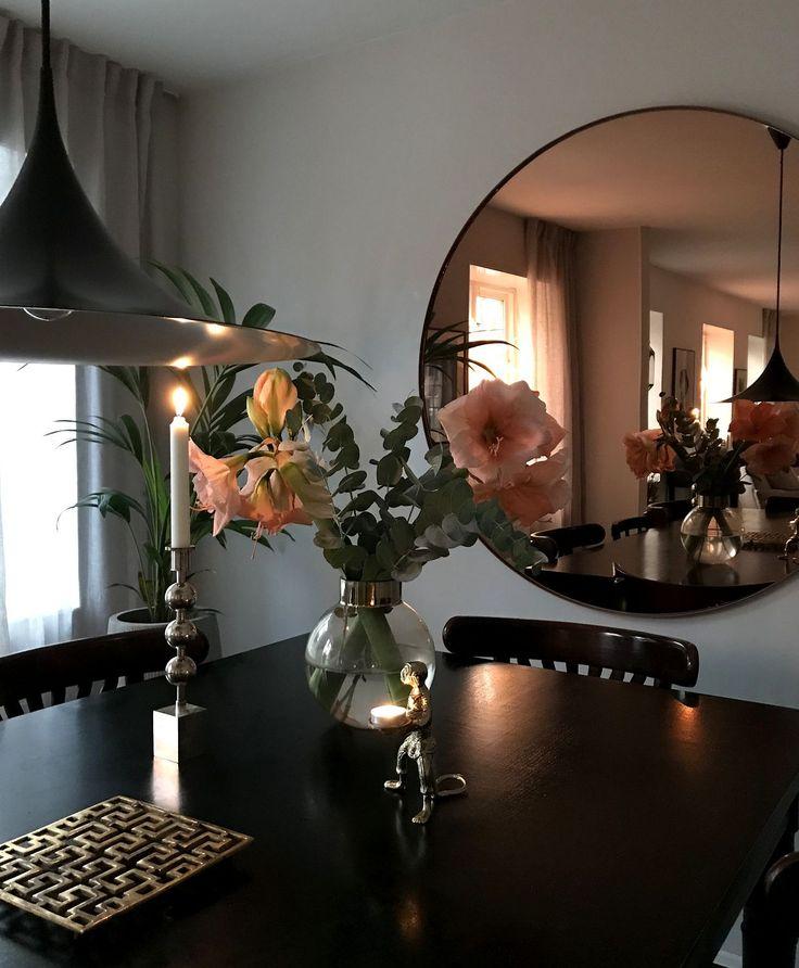 Praktfull amaryllis matchar spegeln och värmer vår matsal