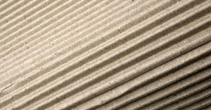 Historia del cartón corrugado. En 1817, Inglaterra produjo la primera caja de cartón comercial, de acuerdo con la Universidad Estatal de Ohio. Para 1856, el papel corrugado o plisado fue patentado como un revestimiento para los sombreros altos en Inglaterra. En 1871, Albert Jones de Nueva York patentó el cartón corrugado. Este material de envío de un solo lado o de una sola ...