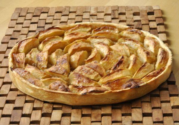 Je ne renierai jamais la tarte aux pommes à l'alsacienne, c'est la tarte de mon enfance mais j'aime aussi la tarte aux pommes toute simple, celle que l'on prépare à l'automne avec une bonne pâte feuilletée qui croustille et des pommes fondantes et très légèrement caramélisées. Le seul problème est...
