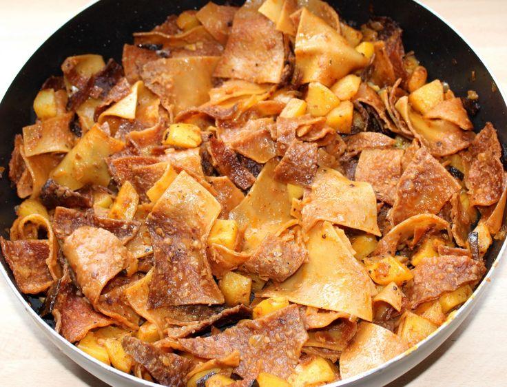 Slambuc recept: A slambuc, egy nagyon finom étel. Az eredeti slambuc bográcsban készül, és mondhatjuk, hogy igazi férfi munka. :) A lepirítás során dobálni, forgatni kell a bográcsban, ami bizony nem egyszerű feladat. Akinek nincs lehetősége a szabadtéri főzésre, a konyhában is nyugodtan elkészítheti, nem fogja megbánni. Ha valakinek nincs otthon lebbencs tésztája, a lasagne tészta is jó hozzá, csak figyelni kell rá, mert picit több vizet vesz fel.