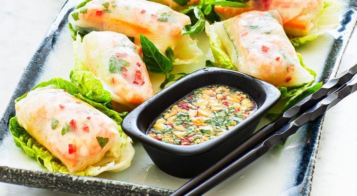 Recept på vietnamesiska (färska) vårrullar. Små fina rullar med räkor och glasnudlar på varsitt salladsblad, serveras som förrätt eller tilltugg. Lätta att ta i handen och dippa i kryddig sås.