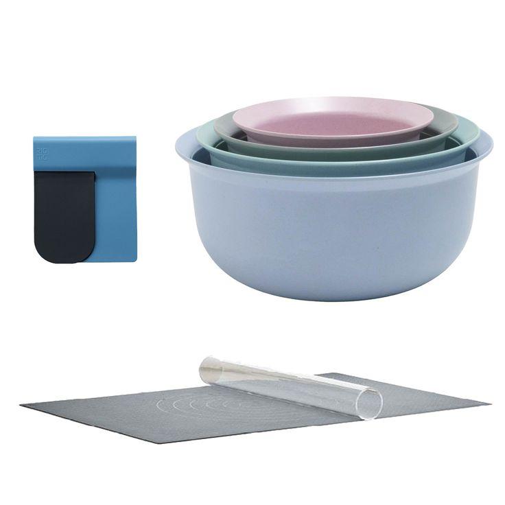 Praktický dárkový set na pečení obsahuje stěrky na těsto, servírovací misky a elegantní váleček se silikonovou podložkou.